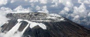 Vista aérea del deshielo en la cima del Monte Kilimanjaro.Foto ONU/Mark Garten