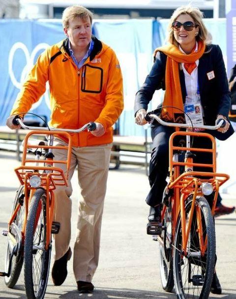 Rey Willem-Alexander y Reina Maxima en bicicleta