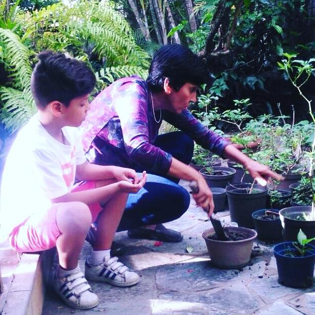 León Enrique Díaz y Marisela Valero cuidando su huerto familiar