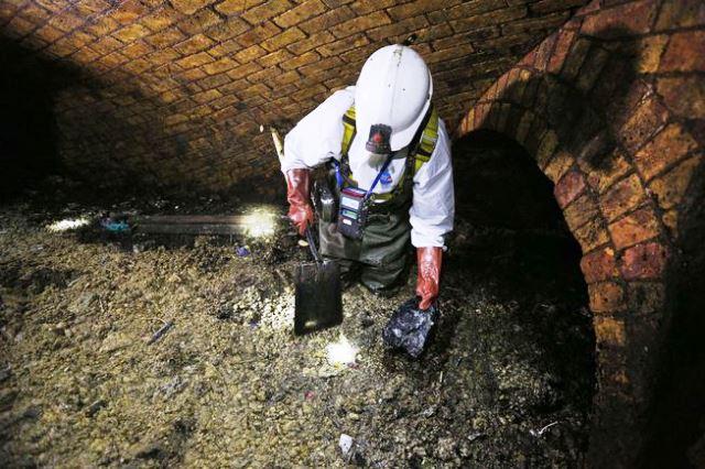 Un técnico de alcantarillado trabaja para romper un fatberg londinense. Foto Adrian Dennis AFP