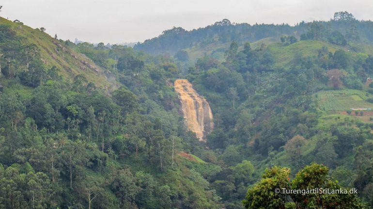 Vandfaldet Little Rawana Falls i Ella Gap. I perioder hvor det regner voldsomt, kan jorden farve vandet helt rødbrunt.