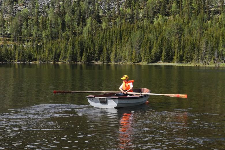 Mathias (10) trodde det skulle være vanskelig å ro, men takket være all kanopadlingen gikk det meget bra