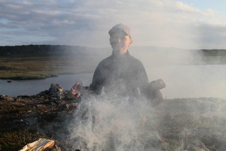 Mathias prøver å fremkalle bedre fiskebitt. Østavær på vidda betyr dårlig bitt