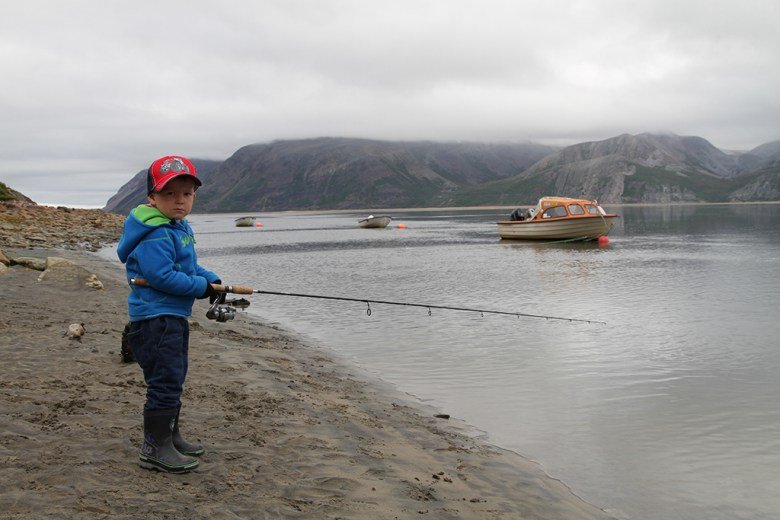 Johannes er tålmodig der han står og fisker etter sjøørreten
