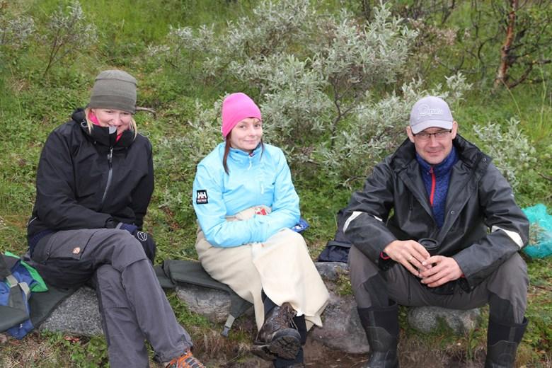 Mamma, Ann-Karin og Runar har kaffepause ved bålet
