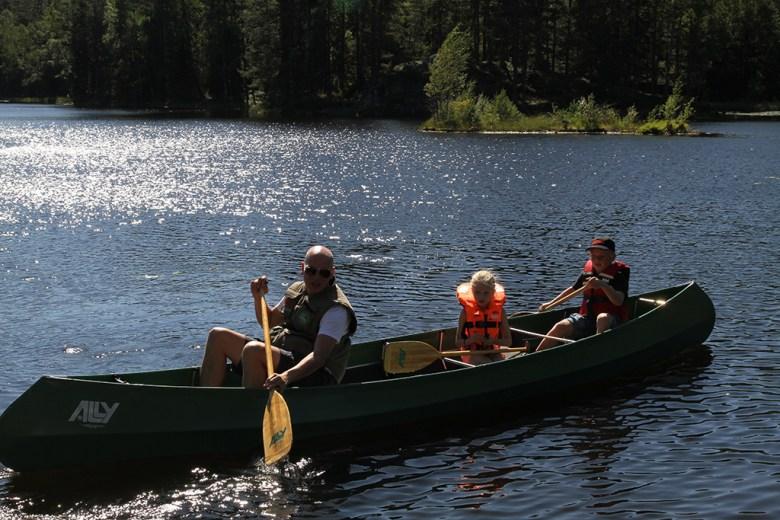 Atle har med seg Ida og PF på padletur
