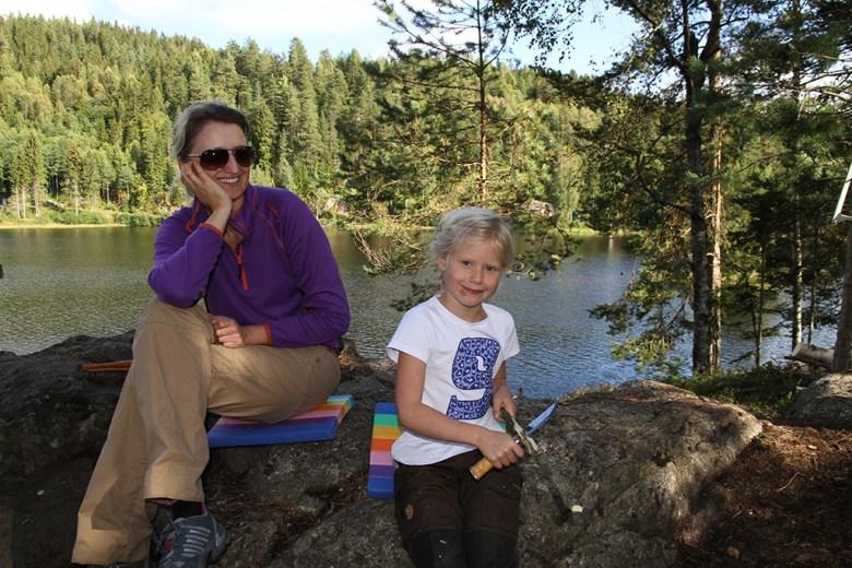 Sophie (snart 7) spikker under kyndig veiledning av Tur-Linda