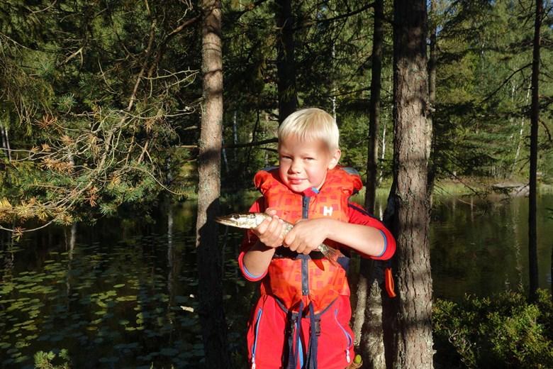 Eirik (8) med sin første gjedde
