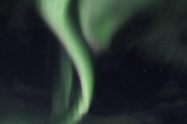 Nordlyset danser over himmelen