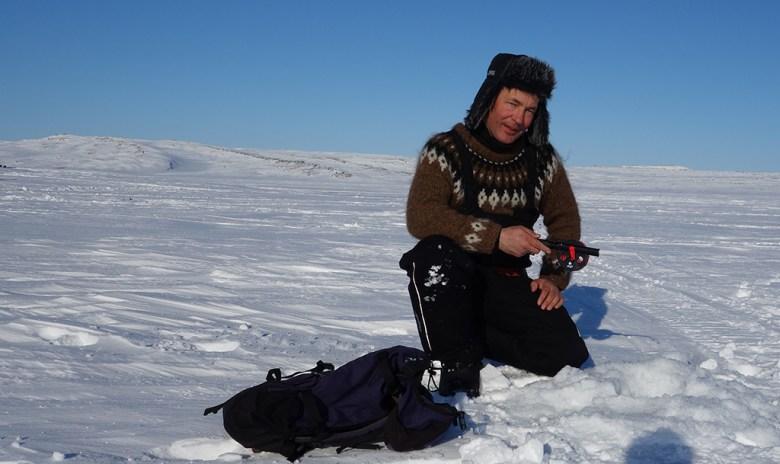 Pappa er i gang med fisket etter at han har boret mange hull til oss i den våte isen