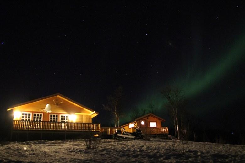 På kvelden og natta raser nordlyset over Ivvára báiki