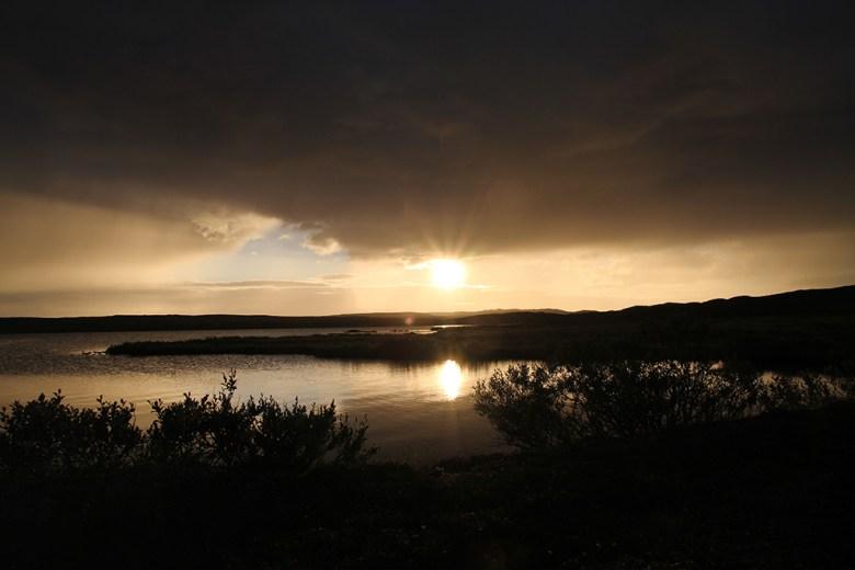 Været varierer gjennom dagen, men sola er der tross alt klokken ett på natten