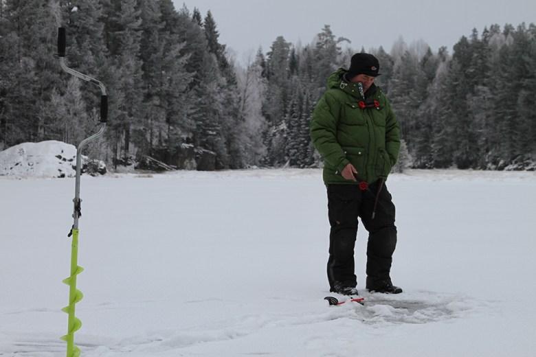 Pappa prøver seg med litt isfiske