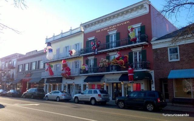 Una de las calles de Westfield decoradas con motivo de la Navidad