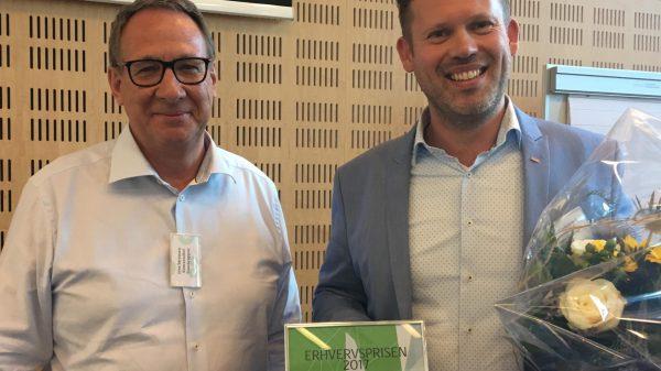 Scandic i Glostrup har modtaget den lokale erhvervspris for indsatsen med at hjælpe arbejdsløse i job. Brøndbys borgmester Kent Max Magelund (t.v) overrakte prisen til Peter Kjerkegaard, hoteldirektør Scandic Glostrup
