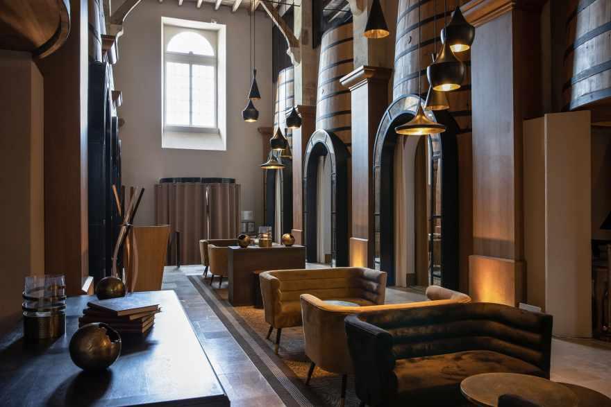 De gamle kældre er omdannet til en fine dining restaurant, med de store cognactønder som dekoration. (PR-foto)