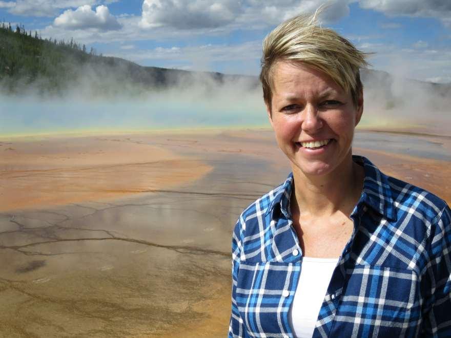 Anne-Vibeke Isaksen på én af sine mange rejser - her i Yellowstone nationalparken i USA. (Foto: Rasmus Schønning)