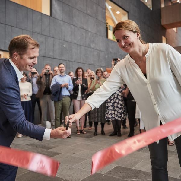 Ved åbningen af NOVASOLs nye kundeservicecenter i Aksen i Aarhus deltog Group CEO for Awaze-gruppen, der ejer NOVASOL, Henrik Kjellberg, og byrådsmedlem i Aarhus Kommune, Heidi Bank (V). Foto: Jakob Lerche