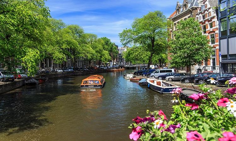 Barco em canal de Amsterdam