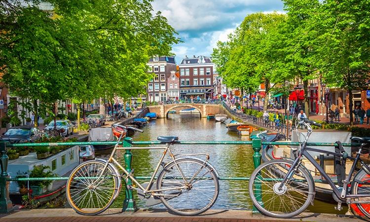 Bicicletas e canal de Amsterdam