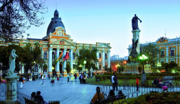 """LA PAZ, BOLIVIA. Hay quienes aseguran que esta ciudad es """"la última estación antes de llegar al cielo"""". Una extraordinaria mezcla de culturas y un entorno plagado de bellos paisajes naturales hacen de la capital boliviana un lugar ideal para vivir y soñar."""
