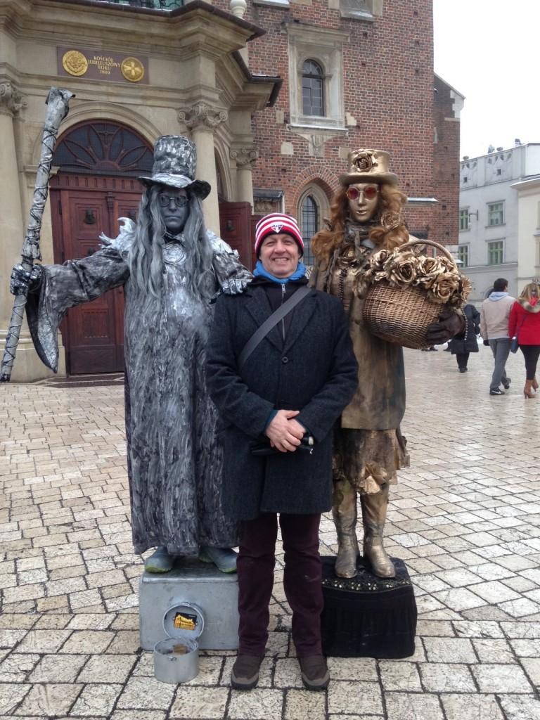 O diretor comercial da Senator Turismo Lufthansa City Center, Carlos Henrique Dezen, posa ao lado de estátuas vivas no centro da cidade