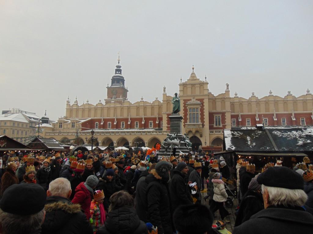 Cortejo passa pela Praça Central em frente ao Mercado Municipal (fotos Carlos Henrique Dezen/Senator Turismo)