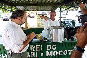 Ernesto Paglia comendo chambari