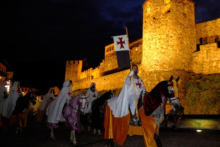 Desfile caballeros templarios en la Noche Templaria