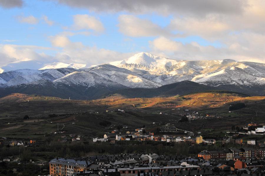 Ponferrada con los Montes Aquilianos nevados