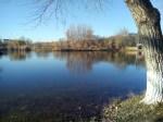 Панорама парковского озера в Пятигорске в осенний день