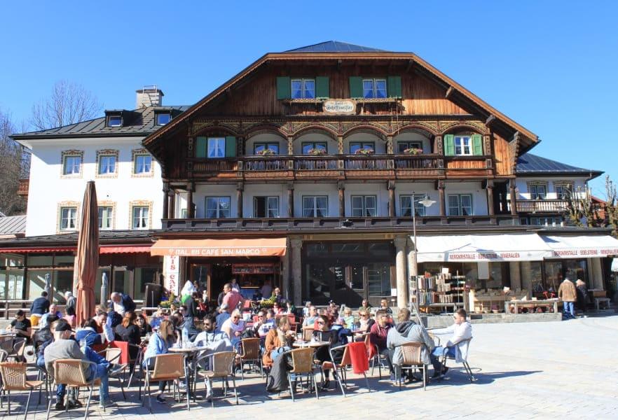 O vilarejo de Schönau é o ponto de embarque para navegar pelo Konigssee.