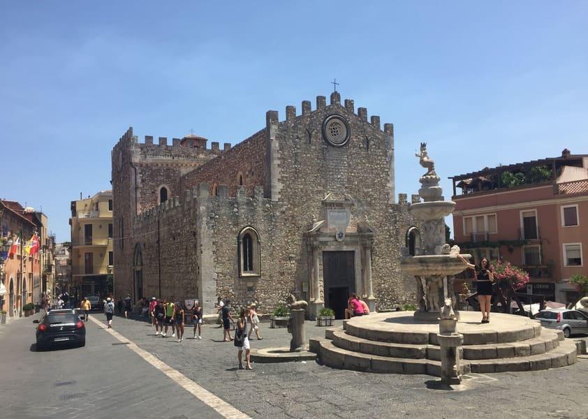 Piazza Duomo, com a bela Catedral de Taormina e a Quattro Fontane.