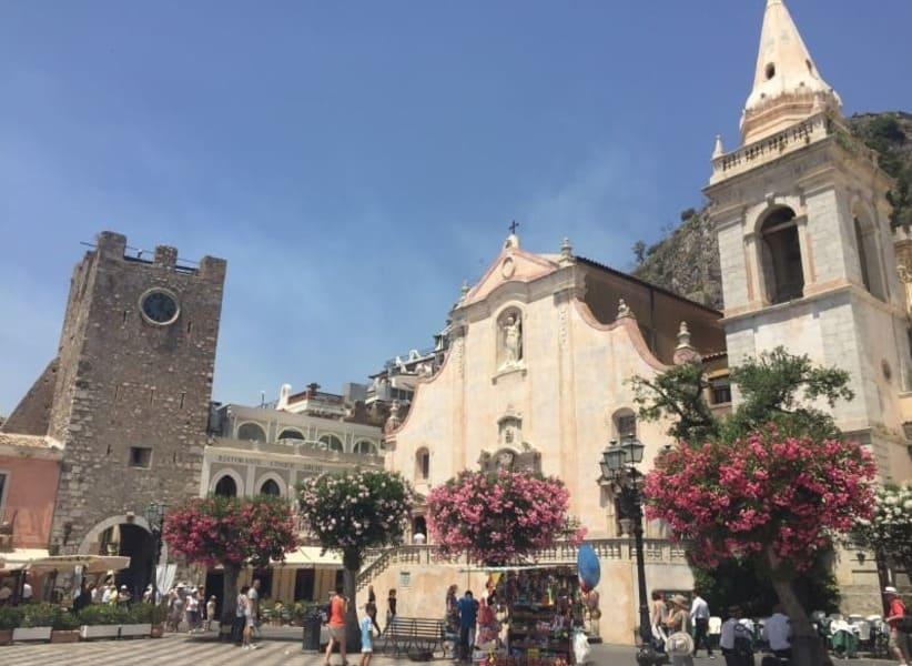 Piazza IX Aprile no centro histórico de Taormina