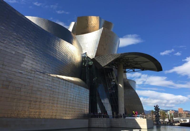 Roteiro de 3 dias em Bilbao: visite o Museu Guggenheim.