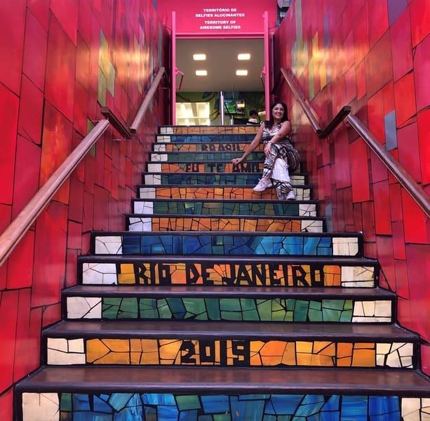Escadaria Selarón na entrada do Museu de Ilusões.