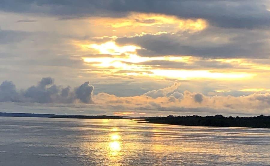 Cruzeiro na Amazônia: nascer do sol no Rio Negro.