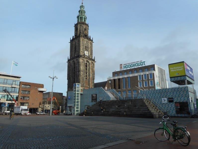 Centro de informações ao turista e Torre martini no centro de Groningen.