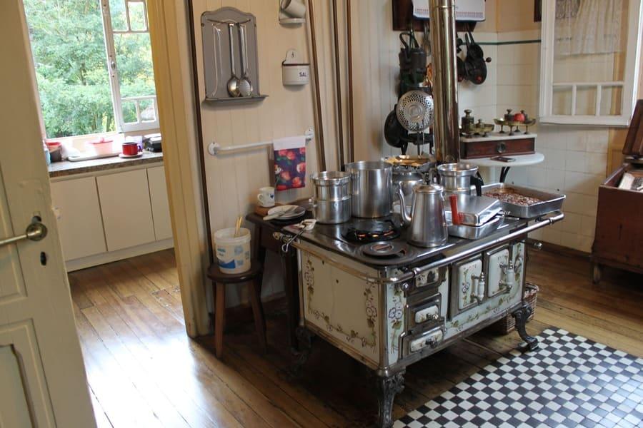 Típica cozinha com fogão à lenha no Castelinho Caracol.