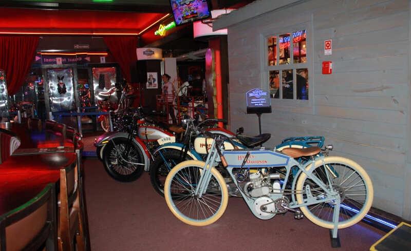 Motocicletas da década de 1920 expostas no Harley Motor Show em Gramado.