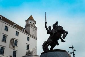 """Estátuas da cidade Além destas estátuas bonitinhas que enfeitam e atraem turistas pela cidade, temos as estátuas """"normais"""" da cidade, como essas abaixo:"""
