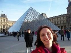 A famosa piramide do Louvre