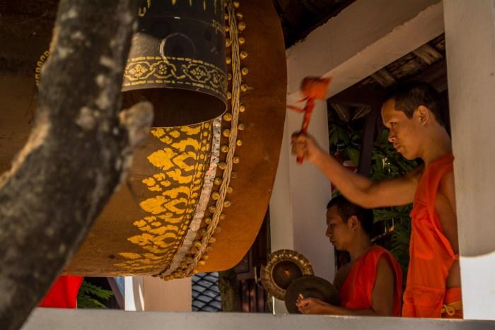 Monges tocando música