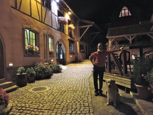 L'interno del cortile in cui si affacciano il ristorante Raisin d'Or e l'albergo La griffe à foin