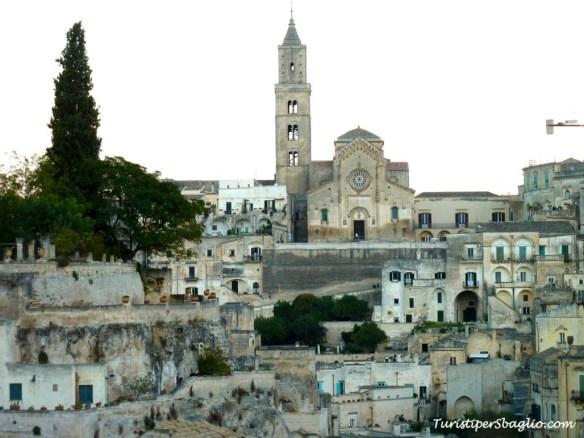La rassicurante facciata del Duomo chiude lo sguardo sul Sasso Barisano