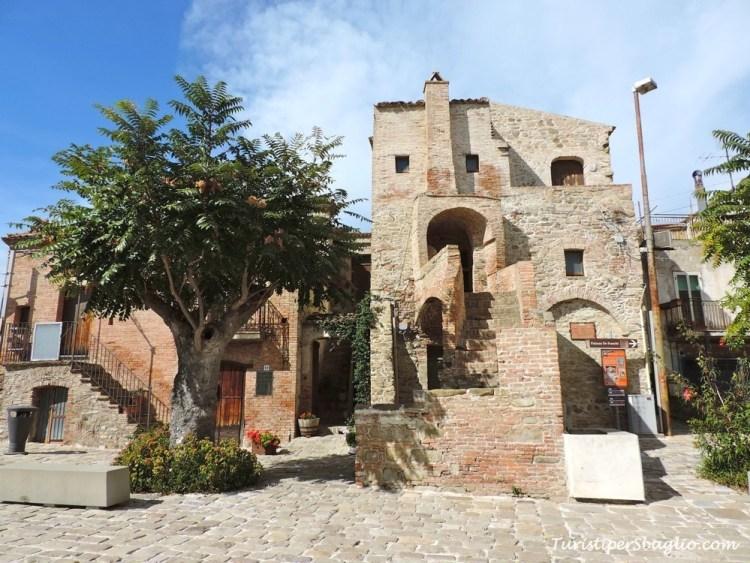 Aliano - Piazza Garibaldi, la Casa con gli Occhi