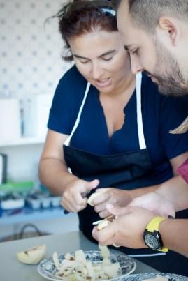 Rocío Garrido (La cocina de mi abuelo) y Rui Ribeiro troceando membrillo para el postre