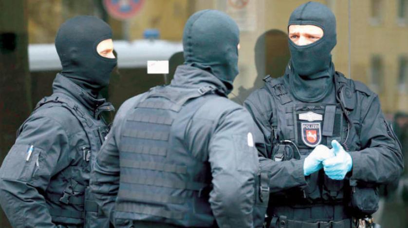 2 radikal Alman polisini evinin önünde tehdit etti