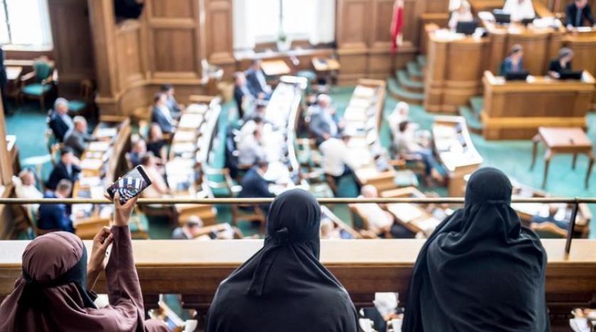 Danimarka'da kamuya açık alanlarda burka ve peçe yasaklandı