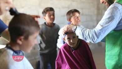 """حلاقة مجانية قام حلاقون متطوعون من هيئة الإغاثة الإنسانية التركية """"IHH""""، بحلاقة مجانية لنحو ألف طفل، في مخيمات النازحين بمنطقة إعزاز، شمالي سوريا."""